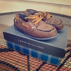 Kids shoes in brown.